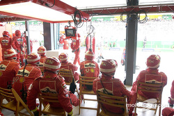 El área del garage de Ferrari durante la carrera