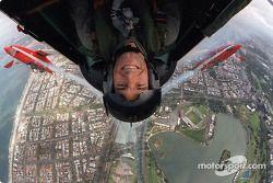 Mark Webber volando sobre el circuito de Albert Par