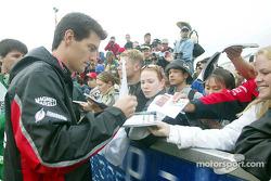 Mark Webber signe des autographes