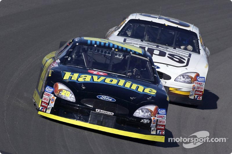 Ricky Rudd superando a su compañero de equipo del Robert Yates Racing, Dale Jarrett