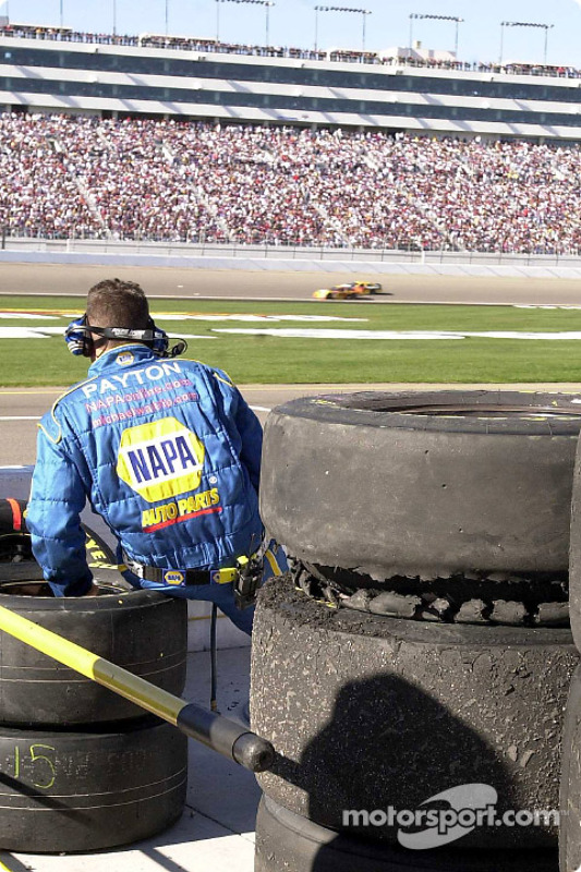 La llanta dañada de Michael Waltrip descansa sobre una pila de neumáticos que serán inspeccionados p