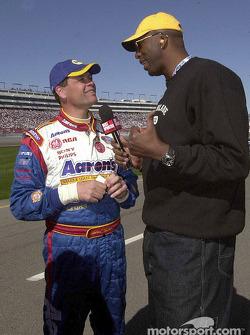 Michael Waltrip con la ex estrella de la NBA, John Salley, y también anfitrión del