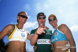 Eddie Irvine y las campeonas olímpicas de volleyball de playa, Kerry Pottharst y Natalie Cook para