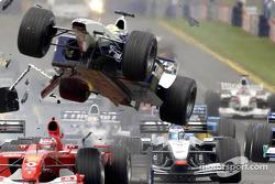 Accidente de la primera curva: Ralf Schumacher volando sobre Rubens Barrichello