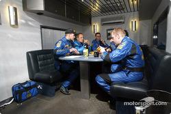 Petter Solberg y su copiloto Phil Mills con la gerencia de Subaru