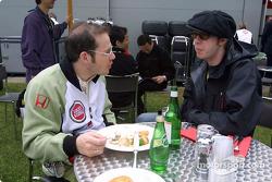 Jacques Villeneuve discutiendo con Tom Rowlands de los Chemical Brothers