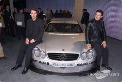 Bernd Schneider und Jean Alesi mit dem Mercedes-Neuwagen