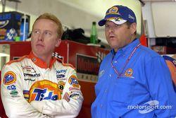 Ricky Craven con el dueño del equipo Tide Ford, Cal Wells