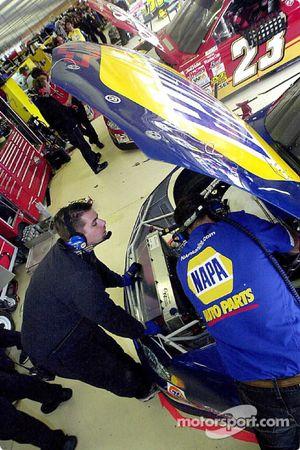 Greg Osborne y Chad Walter preparan el NAPA Chevrolet