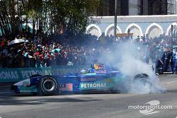 Día Petronas en Kuantan, Malasia: demostración de una carrera de Fórmula Uno con el Sauber Petronas