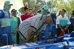 Día Petronas en Kuantan, Malasia: el Sultán de Pahang revisando el C21 con Nick Heidfeld y Felipe Ma