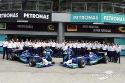 Foto grupal: Felipe Massa, Nick Heidfeld y el Equipo Sauber