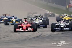 start: Michael Schumacher battling ve Juan Pablo Montoya