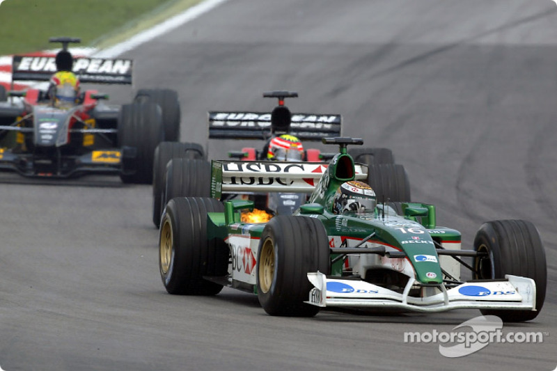 Eddie Irvine se bat avec Alex Yoong et Mark Webber
