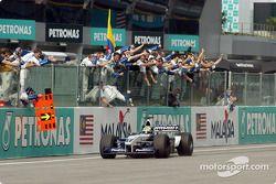Ralf Schumacher sous le drapeau à damier