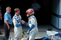 Ralf Schumacher félicité par Juan Pablo Montoya