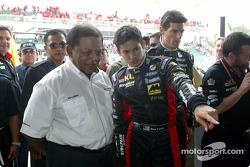 Le roi de Malaisie avec Alex Yoong et Mark Webber