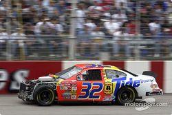 El ganador de la pole, Ricky Craven se involucro en un accidente al inicio de la carrera y volvió a