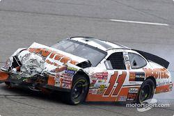 El Hooters Ford Taurus de Brett Bodine apenas llega a los pits luego de un accidente