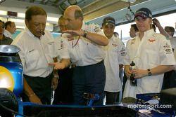 Le roi de Malaisie avec Peter Sauber, Nick Heidfeld et Felipe Massa