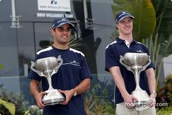 Juan Pablo Montoya et Ralf Schumacher avec leurs trophées