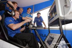 Tommi Makinen probando sus habilidades en el juego del WRC de Playstation