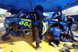 Les mécaniciens Subaru travaillent sur l'Impreza WRC