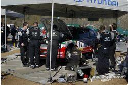 L'équipe Hyundai travaille sur la voiture d'Armin Schwarz