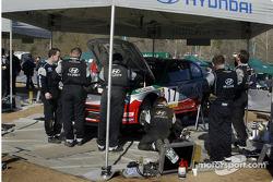 El Hyundai World Rally Team trabajando en el auto de Armin Schwarz