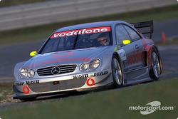 Bernd Schneider conduciendo el Mercedes-Benz CLK-DTM 2002, inscrito por el equipo Vodafone AMG-Merce