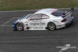 Peter Dumbreck manejando el Mercedes-Benz CLK-DTM 2001, inscrito por el equipo Original-Teile AMG-Me