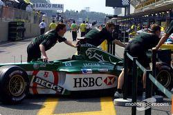 Une Jaguar poussée dans le garage