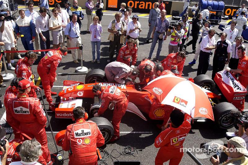Механіки Ferrari готують болід Міхаеля Шумахера до старту