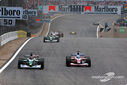Eddie Irvine y Mika Salo batallando