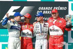 El podio: el ganador de la carrera, Michael Schumacher con Ralf Schumacher, David Coulthard y Ross Brawn