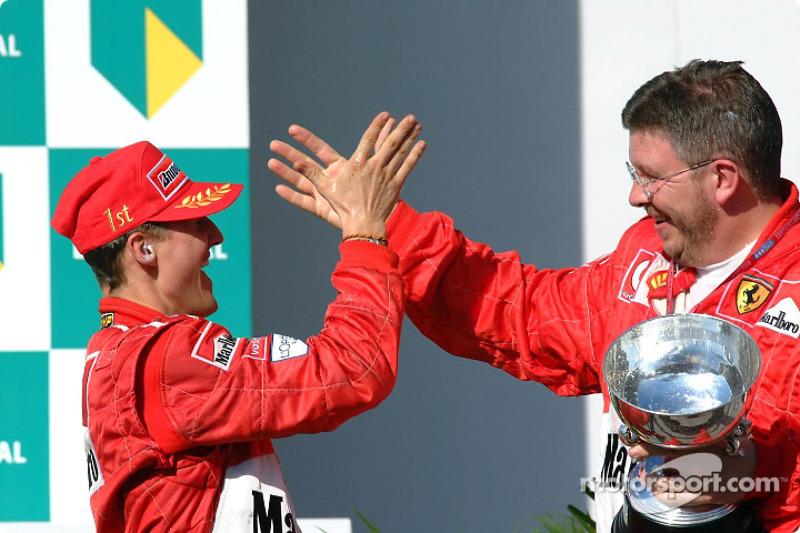 Yarış galibi Michael Schumacher ve Ross Brawn