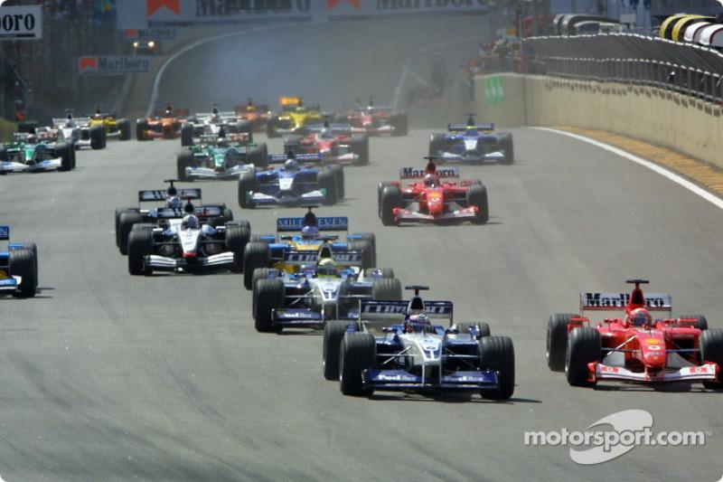 start: Juan Pablo Montoya ve Michael Schumacher charging to first corner
