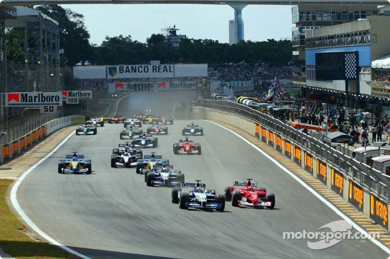 Salida: Juan Pablo Montoya y Michael Schumacher rumbo a la primera curva