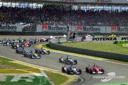 Premier virage : Michael Schumacher double Juan Pablo Montoya