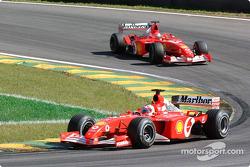 Rubens Barrichello supera a Michael Schumacher