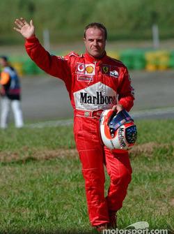 Rubens Barrichello caminando de regreso a los pits