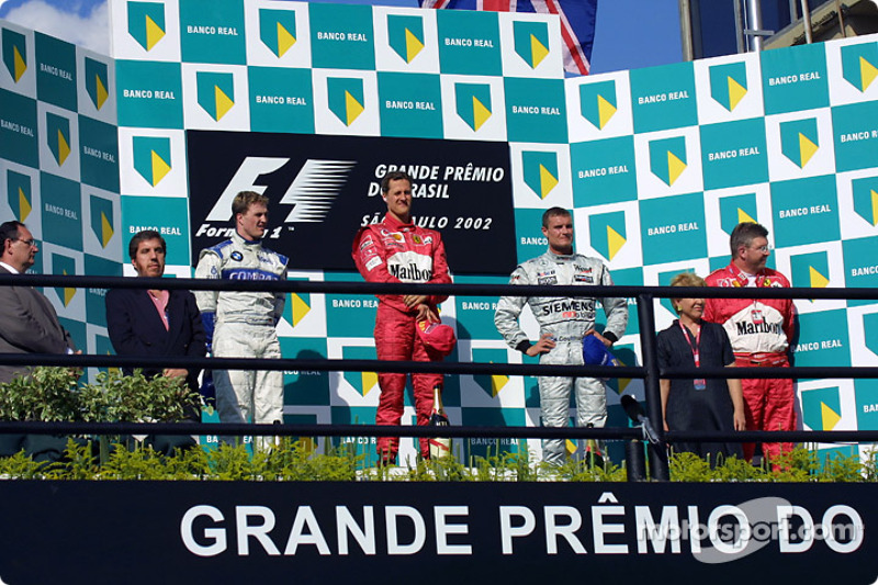 El podio: el ganador de la carrera, Michael Schumacher con Ralf Schumacher, David Coulthard y Ross Brawn