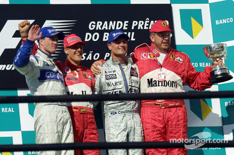 El podio: el ganador de la carrera, Michael Schumacher con Ralf Schumacher, David Coulthard y Ross B