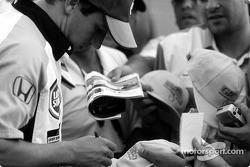 Olivier Panis signe des autographes