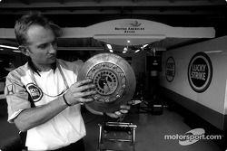 Un membre de l'équipe BAR avec un disque de frein