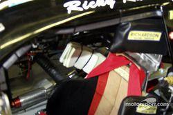 No todo en NASCAR es de alta tecnología; vean el descansador para la cabeza