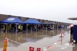 La zona de garages es un lugar extraño cuando llueve