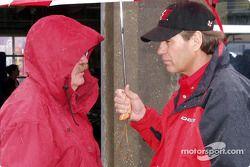 Ray Everham platica con un oficial de NASCAR