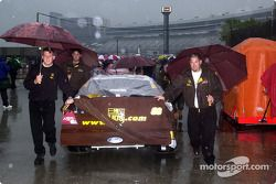 El UPS Ford de Dale Jarrett es empujado de regreso al garage bajo el aguacero