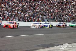 Ricky Craven mène un groupe de voitures